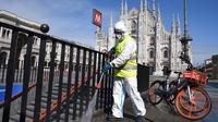 Pekerja membersihkan permukaan jalan di Piazza del Duomo, Milan, 31 Maret 2020. Pandemi COVID-19 terus menyebar di Italia pada Selasa (31/3), menambah total jumlah terinfeksi, kematian dan pulih menjadi 105.792, menurut data terbaru Departemen Perlindungan Sipil Italia. (Xinhua/Daniele Mascolo)