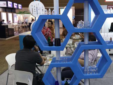 Pengunjung mengunjungi pameran niaga bahan baku industri farmasi Convention on Pharmaceutical Ingredients South East Asia (CPhI SEA) 2018 di JIExpo Jakarta, Kamis (29/3). (Liputan6.com/Angga Yuniar)