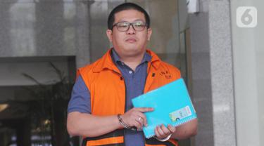 Tersangka pengusaha Chandry Suanda alias Afung seusaI menjalani pemeriksaan di Gedung KPK, Jakarta, Rabu (6/11/2019). Penyuap anggota DPR F-PDIP I Nyoman Dhamantra itu diperiksa untuk melengkapi berkas terkait kasus dugaan suap pengurusan izin impor bawang putih tahun 2019. (merdeka.com/Dwi Narwoko)