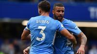 Kyle Walker dan Ruben Dias merayakan kemenangan 1-0 yang diraih Manchester City atas Chelsea pada laga Premier League 2021/2022. (AFP/Ben Stansall)