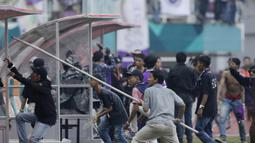 Suporter Persita Tangerang melakukan perusakan saat melawan Kalteng Putra pada laga Liga 2 di Stadion Pakansari, Jawa Barat, Selasa (4/12). Kalteng menang 2-0 atas Persita. (Bola.com/M. Iqbal Ichsan)