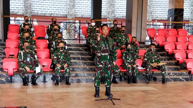 Kepala Staf TNI Angkatan Darat (KSAD) Jenderal TNI Andika Perkasa memberikan keterangan soal perusakan Polsek Ciracas dan sekitarnya, Jakarta