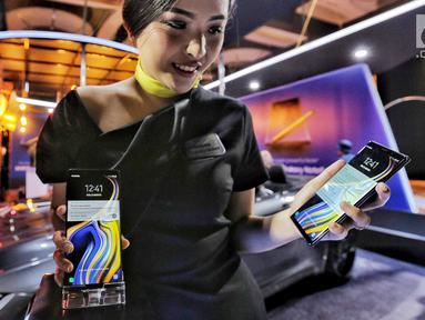 Model menunjukan produk Samsung Galaxy Note 9 dalam launching Samsung Galaxy Note 9 di Jakarta, Kamis (23/8). (Liputan6.com/Faizal Fanani)