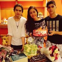 Maia Estianty mendapat kejutan ulang tahun dari Al dan Dul. (Instagram/maiaestiantyreal)