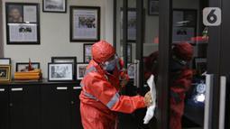 Petugas melakukan pembersihan ruangan di kantor Badan Pengawas Pemilihan Umum (Bawaslu), Jakarta,  Kamis (19/3/2020). Proses sterilisasi menggunakan cairan disinfektan tersebut sebagai salah satu langkah untuk mengantisipasi penyebaran virus Corona COVID-19. (Liputan6.com/Johan Tallo)