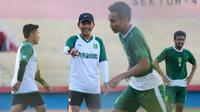 Djadjang Nurdjaman, pelatih Persebaya, di Stadion Gelora Delta, Sidoarjo. (Bola.com/Aditya Wany)