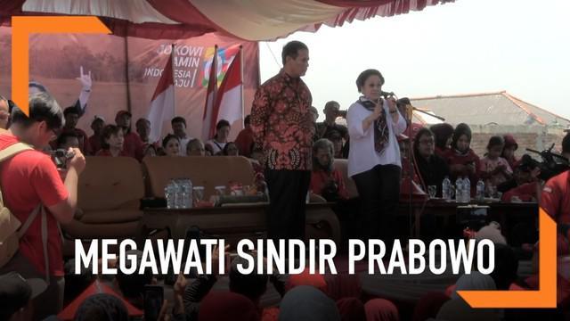 Saat kunjungi panen raya di Indramayu, Jawa Barat, Megawati berpidato di depan para petani dan simpatisan. Mega sempat menyindir Prabowo soal masalah berdikari.