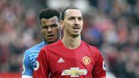 Penyerang Manchester United (MU) Zlatan Ibrahimovic dan bek AFC Bournemouth Tyrone Mings. (Martin Rickett/PA via AP)