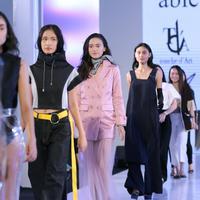 Desain streetwear yang variatif meramaikan fashion show ini. (Sumber foto: Daniel Kampua/Bintang.com)