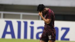 Bek PSM Makassar, Beny Wahyudi, tampak kecewa usai gagal lolos ke final Zona ASEAN Piala AFC 2019 meski menang atas Becamex Binh Duong di Stadion Pakansari, Rabu (26/6). PSM menang 2-1 atas Becamex Binh Duong. (Bola.com/M Iqbal Ichsan)