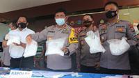 Kapolda Sulteng, Irjen Pol. Syafril Nursal (tengah) menunjukkan barang bukti sabu yang diamankan dengan total berat 25 kg, Selasa (30/6/2020). (Foto: Liputan6.com/ Heri Susanto).