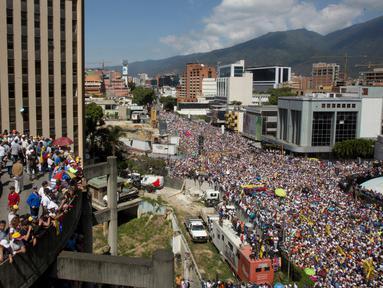Puluhan ribu demonstran antipemerintah menuntut pengunduran diri Presiden Venezuela Nicolas Maduro di Caracas, Venezuela, Sabtu (2/2). Krisis kekuasaan internal di Venezuela tengah mencapai titik terpanasnya. (AP Photo/Juan Carlos Hernandez)