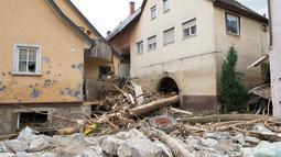 Puing-puing berserakan di jalan kota Braunsbach menyusul bencana banjir dahsyat, Senin (30/5). Setidaknya empat warga dipastikan tewas dan sejumlah lainnya terluka akibat bencana banjir dahsyat yang melanda wilayah selatan Jerman. (Marijan Murat/dpa/AFP)