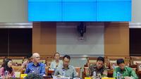 Vice President of Public Policy Facebook Asia Pacific Simon Milner dan Kepala Kebijakan Publik Facebook Indonesia Ruben Hattari di hadapan anggota Komisi I DPR RI. (Liputan6.com/ Agustin Setyo W).