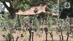 Kondisi makam saat terendam banjir di Pulo Nangka, Jakarta, Minggu (23/2/2020). Ismail mengaku banjir tersebut merupakan yang ketiga kalinya terjadi sejak awal tahun 2020 yang diperparah setelah adanya apartemen karena saluran air tertutup beton pembangunan. (merdeka.com/Iqbal S. Nugroho)