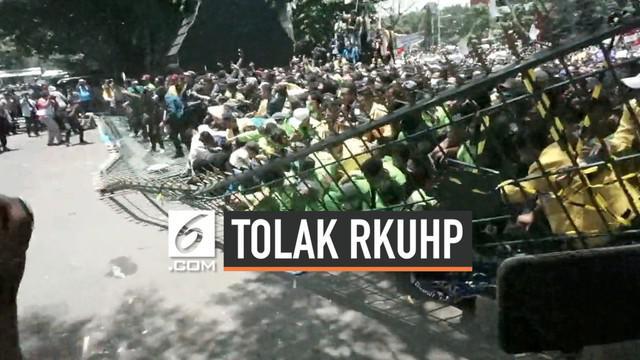 Massa mahasiswa melakukan unjuk rasa di depan gedung DPRD Jawa Tengah. Mahasiswa yang kesal karena tidak ditemui anggota DPRD akhirnya merobohkan pagar gedung DPRD.