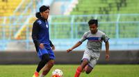 Ahmad Bustomi mencetak dua gol pada laga uji coba Arema melawan Arema U-21, Senin (8/8/2016). Sinyal debut di TSC? (Bola.com/Iwan Setiawan)