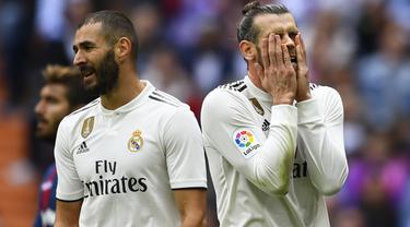Gelandang Real Madrid, Gareth Bale, tampak kecewa usai dikalahkan Levante pada laga La Liga Spanyol di Stadion Santiago Bernabeu, Madrid, Sabtu (20/10). Madrid kalah 1-2 dari Levante. (AFP/Gabriel Bouys)