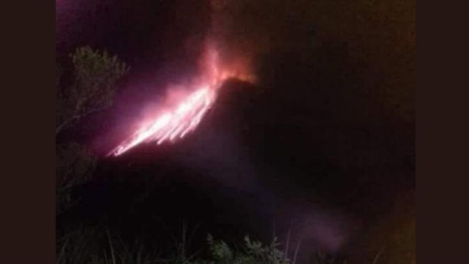 Gunung Soputan terus meletus keluarkan lava pijar dan abu vulkanik. (Foto: Twitter Sutopo Purwo Nugroho)