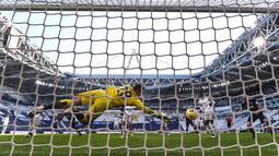 Penjaga gawang Bologna, Lukasz Skorupski gagal menghalau bola pemain Juventus, Weston McKennie dalam laga lanjutan Liga Italia di Stadion Allianz, Turin, Minggu (24/1/2021). (Foto: LaPresse via AP/Fabio Ferrari)