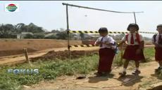 Menuruni tebing dengan tanah liat yang terjal membuat pelajar sulit untuk mencapai sekolah.