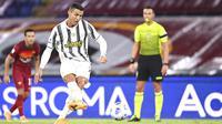 Striker Juventus, Cristiano Ronaldo, melepaskan tendangan penalti ke gawang AS Roma pada laga Serie A di Stadion Olimpico, Senin (28/9/2020). Kedua tim bermain imbang 2-2. (AP Photo/Gregorio Borgia)