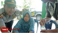 Wanita tanpa identitas yang ditemukan di pertigaan Wadung Dokaran, Tulungrejo, Glenmore. (Dok Polsek Glenmore/TIMES Indonesia)