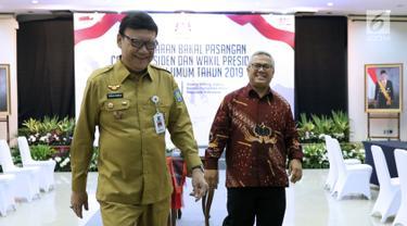 Mendagri, Tjahjo Kumolo (kiri) bersama Ketua KPU, Arief Budiman usai meninjau ruang pendaftaran bakal capres/cawapres Pemilu 2019 di Gedung KPU Pusat, Jakarta, Senin (6/8). Pendaftaran akan ditutup 10 Agustus mendatang. (Liputan6.com/Helmi Fithriansyah)
