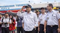 Menteri Perhubungan, Budi Karya Sumadi memberikan balon kepada peserta mudik gratis sepeda motor di Pelabuhan Tanjung Priok, Jakarta, Rabu (20/6). Ada 699 sepeda motor dan 1.650 penumpang yang kembali ke Jakarta dari Semarang. (Liputan6.com/Faizal Fanani)