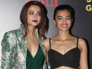 Aktris Bollywood, Surveen Chawla (kiri) dan Radhika Apte (kanan) saat menghadiri pemutaran perdana film India Sacred Games di Mumbai, (28/6). Film yang dirilis Netflix secara streaming ini akan ditonton 1 juta pelanggan di India. (AFP PHOTO / Str)