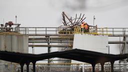 Petugas dinas darurat berada di lokasi ledakan sebuah pabrik kimia di Republik Ceko, Kamis (22/3). Pabrik yang meledak adalah milik perusahaan Polandia Synthos, yang memproduksi karet sintetis dan plastik polistiren. (AP Photo/Petr David Josek)