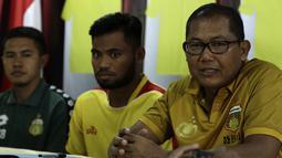 Chief Operating Officer (COO) Bhayangkara FC, Sumardji, saat memperkenalkan pemain baru, Saddil Ramdani, di Mess Bhayangkara, Jakarta, Sabtu (8/2). Saddil menjadi rekrutan terakhir Bhayangkara FC.(Bola.com/Yoppy Renato)