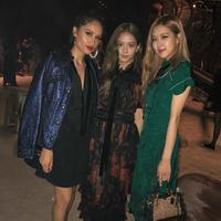 Cinta Laura bertemu dengan Rose dan Jisoo BLACKPINK di New York Fashion Week. (Instagram/claurakhiel)
