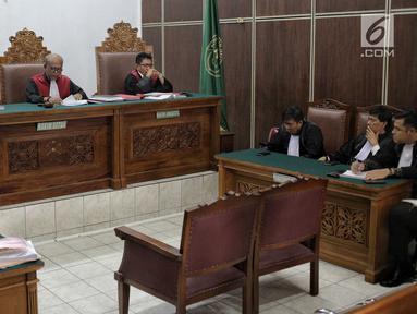 Suasana sidang putusan kasus kepemilikan senjata api ilegal dan satwa liar terdakwa Gatot Brajamusti di PN Jakarta Selatan, Kamis (12/7). Dalam sidang tersebut Hakim Ketua Achmad Guntur memvonis Aa Gatot selama 1 tahun. (Liputan6.com/Faizal Fanani)