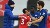 Manajer Chelsea, Thomas Tuchel, menyalami Marcos Alonso, usai timnya bermain imbang 1-1 melawan Southampton laga pekan ke-25 Premier League 2020/2021 di St Mary's Stadium, Sabtu (20/2/2021) malam WIB. (AFP/Neil Hall)