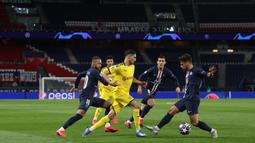 Striker Paris Saint-Germain, Neymar, berebut bola dengan pemain Borussia Dortmund pada leg 16 besar Liga Champions di Parc des Princes, Prancis, Kamis (12/3) dini hari WIB. PSG menang 2-0 atas Dortmund. (AFP/GETTY/UEFA)
