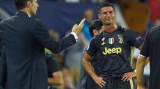 Pemain Juventus, Cristiano Ronaldo bereaksi setelah menerima kartu merah saat melawan Valencia pada matchday pertama Grup H Liga Champions, di Stadion Mestalla, Rabu (19/9). Ronaldo dianggap melakukan pelanggaran terhadap Jeison Murillo. (AFP/JOSE JORDAN)