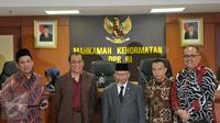 Ketua MKD DPR RI Surahmah Hidayat (tengah) bersama Wakil Ketua MKD baru dari F-Golkar Kahar Muzakir (kedua kiri) usai pelantikan Kahar yang menggantikan Hardi Soesilo di Kompleks Parlemen Senayan, Jakarta, Senin (30/11). (Liputan6.com/Johan Tallo)