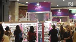 Sejumlah pengunjung melihat aksesoris selama bazar dalam acara Fimela Fest 2018, Jakarta, Jumat (16/11). Fimela Fest 2018 diselenggarakan mulai tanggal 13-18 November 2018 di Gandaria City Mall, Jakarta. (Fimela.com/Bambang Ekoros Purnama)