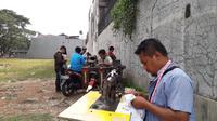 Para penjahit sedang melayani para pelanggannya di kawasan Meruya Utara, Jakarta Barat (Liputan6.com/Komarudin)