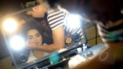 Penyanyi Ashanty saat dirias sebelum menjalani proses syuting video klip lagu terbarunya yang berjudul Sangat Berbeda di kediamannya, kawasan Cinere, Depok, Sabtu (2/5/2015). (Liputan6.com/Faisal R Syam)