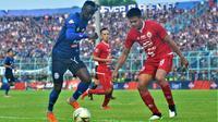 Gelandang Arema, Makan Konate, harus absen pertama kalinya musim ini karena kartu kuning saat melawan Persija di Stadion Kanjuruha, Kabupaten Malang (23/11/2019). (Bola.com/Iwan Setiawan)