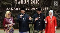 Gubernur DKI Jakarta Anies Baswedan serta istri Fery Farhati Baswedan (kiri) dan Wagub DKI Jakarta Sandiaga Uno serta istri Nur Asia Uno saat merayakan Malam Resepsi HUT ke-491 Kota Jakarta di Balai Kota Jakarta, Jumat (22/6). (Liputan6.com/JohanTallo)