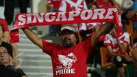 Salah satu suporter membentang syal saat menyaksikan laga timnas Singapura U-23 melawan Filipina di penyisihan grup A Sea Games 2015 di Stadion Jalan Besar, Singapura, Senin (1/6/2015). Singapura unggul 1-0. (Liputan6.com/Helmi Fithriansyah)