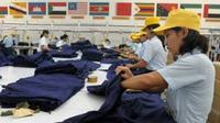 Beberapa pekerja memeriksa seragam militer yang siap diekspor di perusahan garmen PT Sritex, Sukoharjo, Jateng. (Antara)