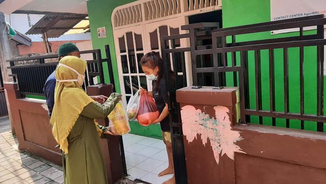 Pembagian sembako kepada warga yang menjalani isolasi mandiri di Kecamatan Sukmajaya, Kota Depok (Liputan6.com / Ady Anugrahadi)