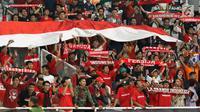 Suporter membentangkan bendera Merah Putih jelang menyaksikan laga Timnas Indonesia U-19 melawan Chinnese Taipei pada penyisihan Grup A Piala AFC U-19 2018 di Stadion GBK, Jakarta, Kamis (18/10). Indonesia unggul 3-1. (Liputan6.com/Helmi Fithriansyah)