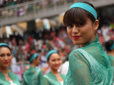 Seorang gadis payung atau grid girl berpose sebelum dimulainya Grand Prix Formula 1 Malaysia di Sepang (1/10). Para gadis payung ini terlihat cantik dan seksi dengan busana yang dikenakannnya. (AFP Photo/Manan Vatsyayana)