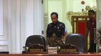 Presiden Joko Widodo atau Jokowi bersiap memimpin rapat terbatas (ratas) di Kantor Presiden, Jakarta, Rabu (7/11). Jokowi meminta masukan terkait pelaksanaan penyediaan rumah bagi Aparatur Sipil Negara (ASN), TNI, dan Polri. (Liputan6.com/Angga Yuniar)