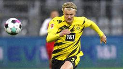 Striker Borussia Dortmund, Erling Haaland, mengejar bola saat melawan Freiburg pada laga Bundesliga di Signal Iduna Park, Sabtu (3/10/2020). Dortmund menang dengan skor 4-0. (AP Photo/Martin Meissner)